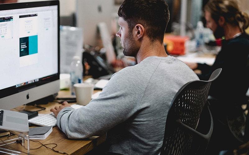 Các vấn đề về mắt khi ngồi máy tính và dùng điện thoại nhiều