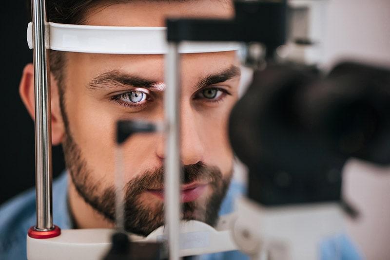 Thăm khám mắt định kì để bảo vệ mắt khi ngồi làm việc trước máy tính nhiều